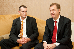 デービット・ピーク(左)とマイケル・ヒチワ(右)